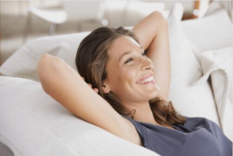 Οφέλη του κρύου ντους - Γυναίκα χαμογελά