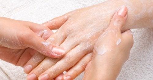 Καλλυντικές χρήσεις της βαζελίνης - Εφαρμογή κρέμας στα χέρια
