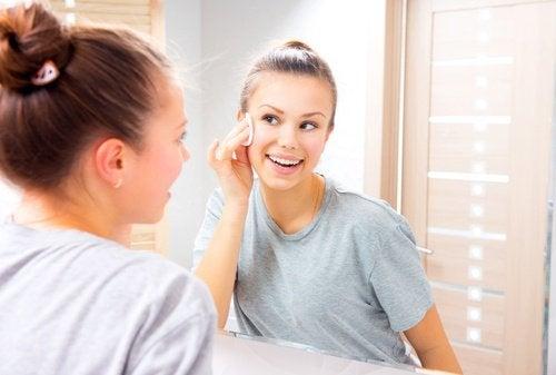 Καλλυντικές χρήσεις της βαζελίνης - Γυναίκα αφαιρεί το μακιγιάζ