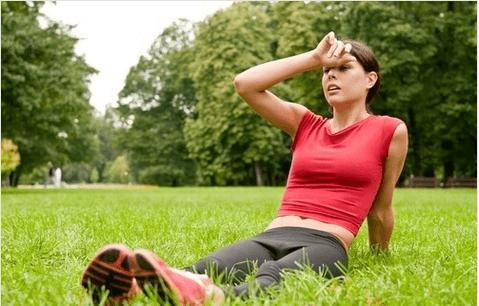 Οφέλη του κρύου ντους - Γυναίκα ξεκουράζεται στο γρασίδι