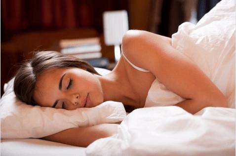 Οφέλη του κρύου ντους - Γυναίκα κοιμάται