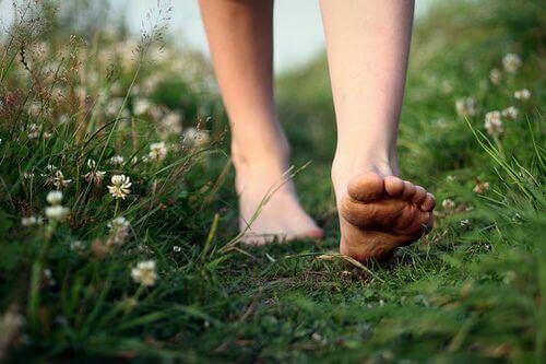 Γνωρίζετε ποιοι είστε - Γυναίκα περπατά ξυπόλητη