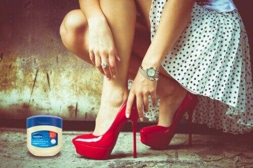 βαζελινη για να μην χτυπούν τα παπούτσια