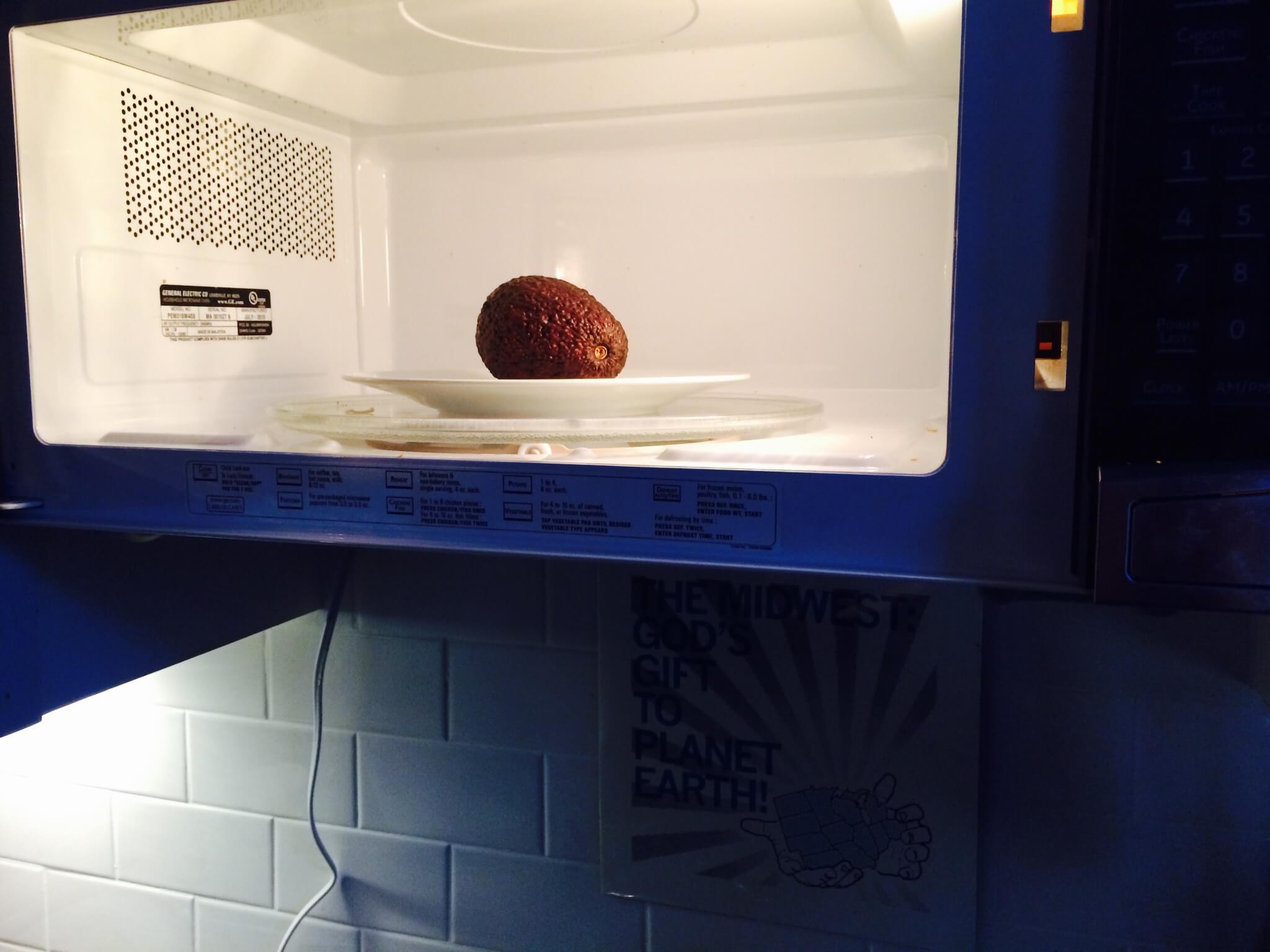 Αβοκάντο τοποθετημένο μέσα σε φούρνο μικροκυμάτων.