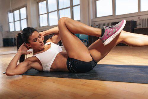 εύκολες ασκήσεις για να κάψετε το κοιλιακό λίπος
