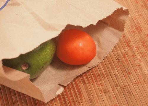 Αβοκάντο μέσα σε μια χάρτινη σακούλα.