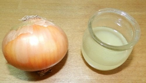 Κάλοι στα πόδια - Κρεμμύδι και ξύδι σε ποτήρι