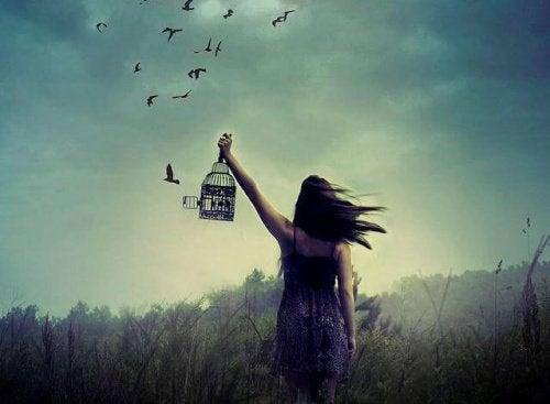 Γυναίκα απελευθερώνει πουλιά
