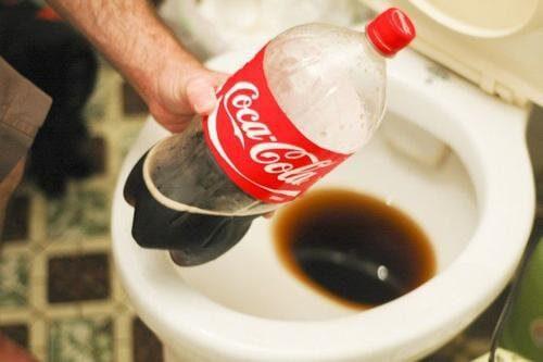 Πρακτικές χρήσεις της Κόκα-Κόλα - Καθαρισμός τουαλέτας