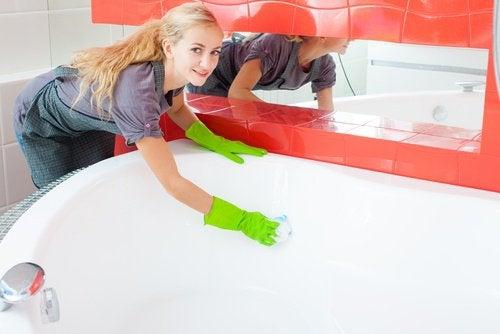 Πρακτικές χρήσεις της Κόκα-Κόλα - Γυναίκα καθαρίζει μπανιέρα