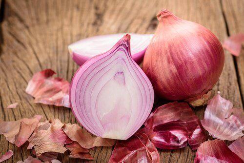 Πως θα αντιμετωπίσετε την ξηρότητα σε αγκώνες και φτέρνες - κρεμμύδια