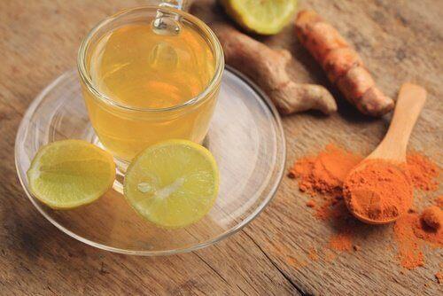 Ρόφημα με λεμόνι - Φλιτζάνι με ρόφημα λεμονιού και κουρκουμά