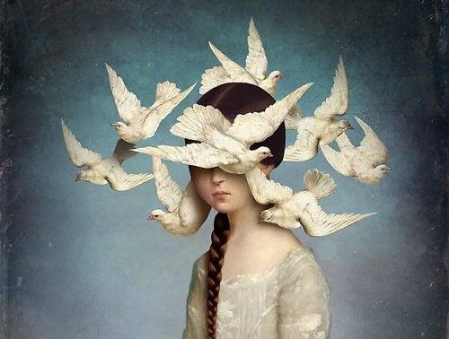 Γυναίκα με περιστέρια γύρω από το κεφάλι της