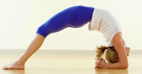 5 στάσεις της γιόγκα για μείωση του άγχους και της έντασης