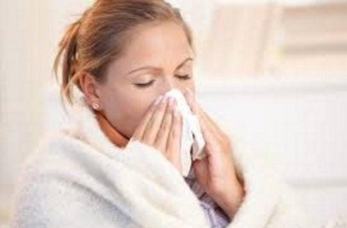 Επιδράσεις της λύπης - Γυναίκα φυσά τη μύτη της