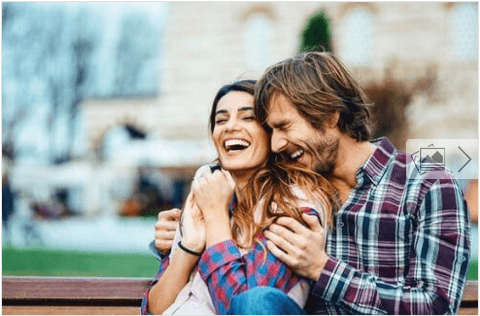 Συζητάτε καθημερινά με το σύντροφό σας - Ζευγάρι χαρούμενο στον δρόμο