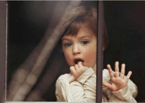 Παιδί κοιτά από το παράθυρο