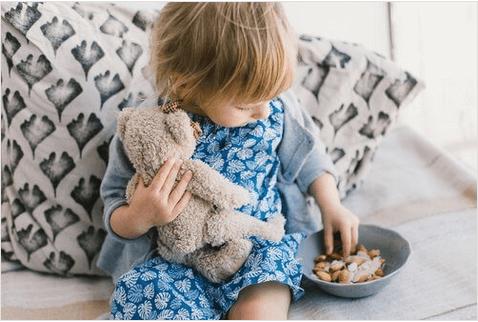 Παιδί κρατά αρκουδάκι
