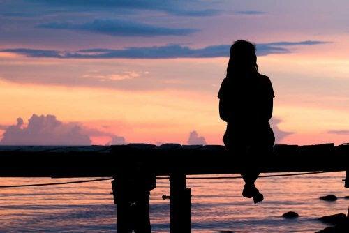 γυναίκα στο ηλιοβασίλεμα