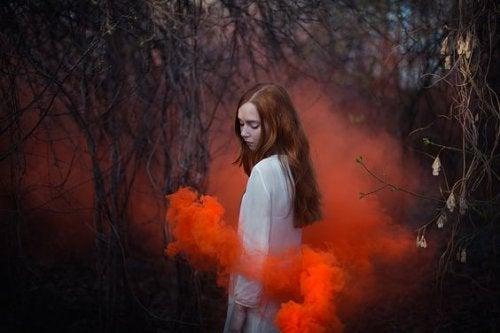 Γυναίκα και κόκκινος καπνός