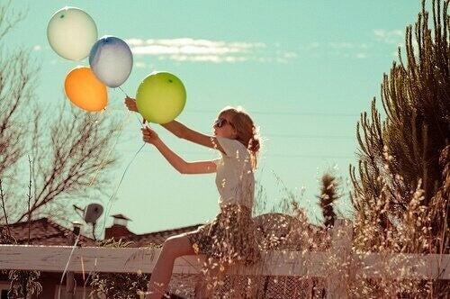 Γυναίκα κρατά μπαλόνια