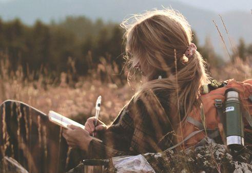 Γυναίκα στην εξοχή γράφει