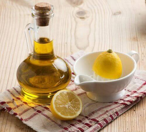 χυμό λεμονιού και ελαιόλαδο