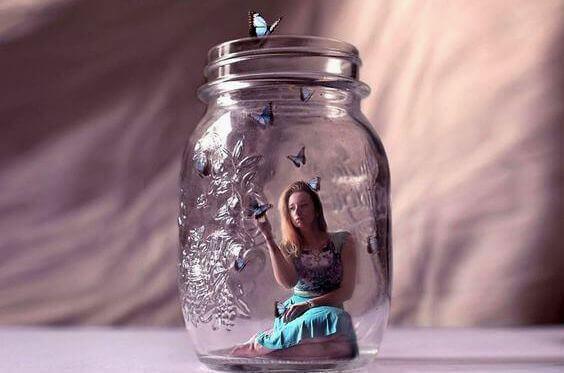 Χάσματα ανάμεσα στους ανθρώπους - Γυναίκα σε βάζο
