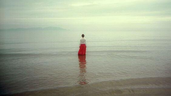 κάποιον που πενθεί - γυναίκα στη θάλασσα