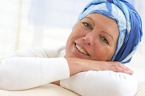 Εμβόλιο κατά του καρκίνου - Γυναίκα φορά μαντίλι στο κεφάλι