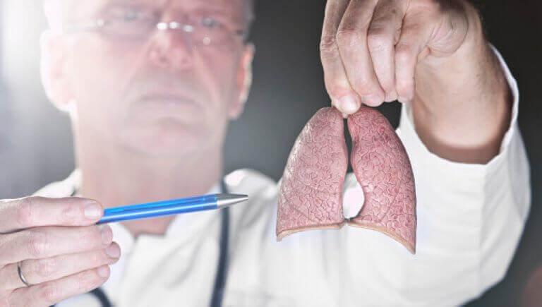 Εμβόλιο κατά του καρκίνου - Γιατρός κρατά πνεύμονες