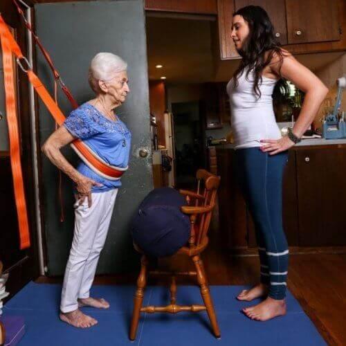Πώς η γιόγκα άλλαξε τη ζωή και το σώμα μιας 87χρονης