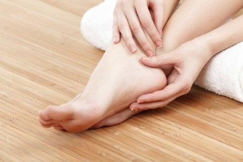 Πρησμένα πέλματα - Γυναικείο πόδι με πρησμένο πέλμα