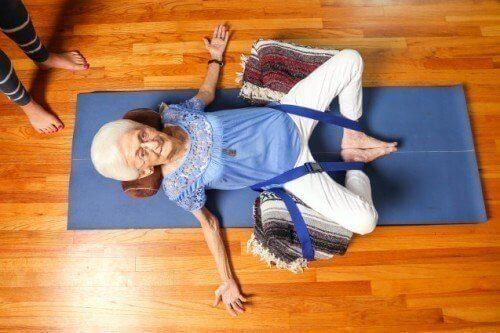 Η ιστορία του τρόπου με τον οποίο η γιόγκα άλλαξε τη ζωή μιας ηλικιωμένης γυναίκας...