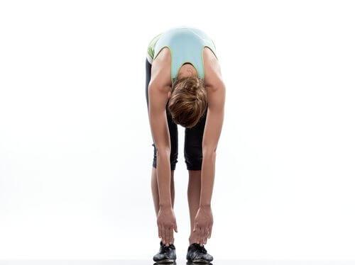 Απαλλαγείτε από τον πόνο στο ισχιακό νεύρο - Γυναίκα κάνει διατάσεις πλάτης