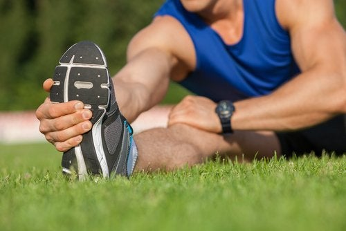Απαλλαγείτε από τον πόνο στο ισχιακό νεύρο - Άνδρας κάνει διατάσεις ποδιού