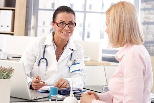 γυναίκα στο γιατρό, υγιής εμμηνόπαυση