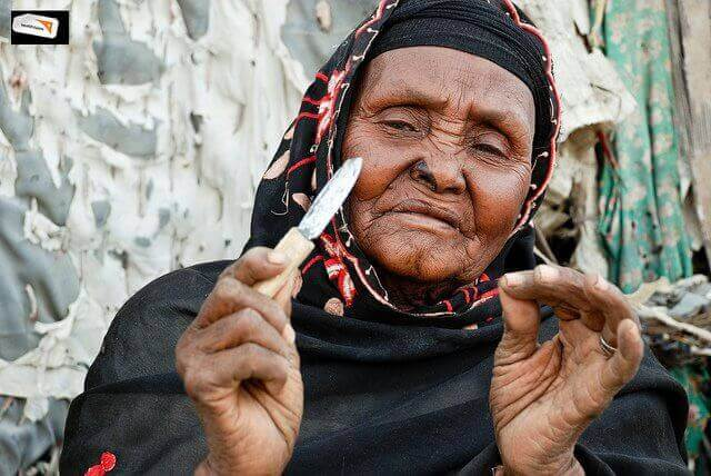 γυναικα με μαχαιρι κλειτοριδική περιτομή