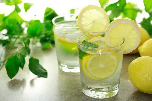 αλκαλικές τροφές που σας διατηρούν υγιείς - νερο και λεμονι