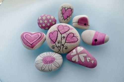 Ανακουφιστείτε από το άγχος με ζωγραφική σε πέτρες