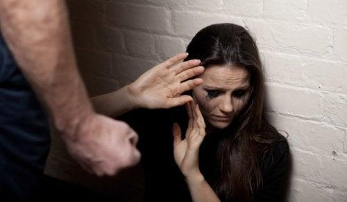 Κακοποιητική σχέση: 7 πρώιμα σημάδια