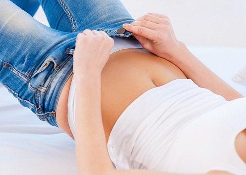 9 κίνδυνοι που έχουν τα στενά ρούχα