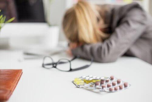Ανακούφιση από την ημικρανία - Γυναίκα και χάπια