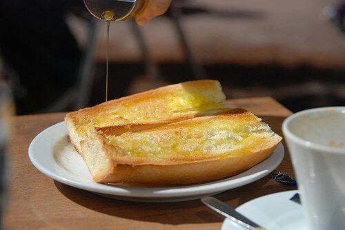 Ψωμί και ελαιόλαδο - Δύο φέτες ψωμί με ελαιόλαδο