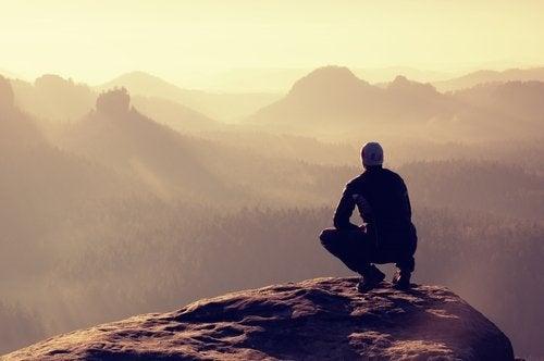 Συναισθηματική ισορροπία - Άνδρας κοιτά τον ορίζοντα