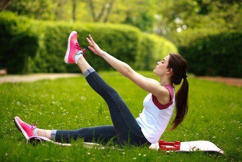 Άρσεις ποδιών για ναδυναμώσετε τη μέση σας