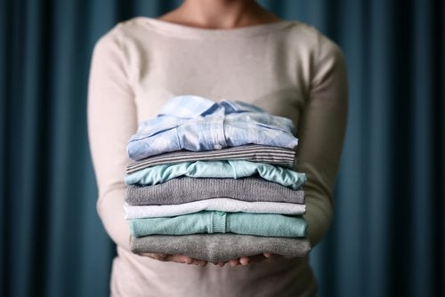 Γιατί είναι κακό να στεγνώνετε τα ρούχα μέσα στο σπίτι