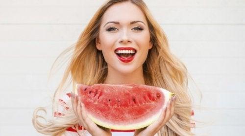 7 συνήθειες των ανθρώπων που δείχνουν πιο νέοι από ό,τι είναι