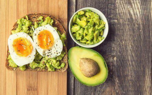 Χορταστικές τροφές - Αβγά και αβοκάντο