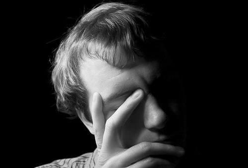 Συμπτώματα των υψηλών επιπέδων οιστρογόνου - Άνδρας σκεπτικός